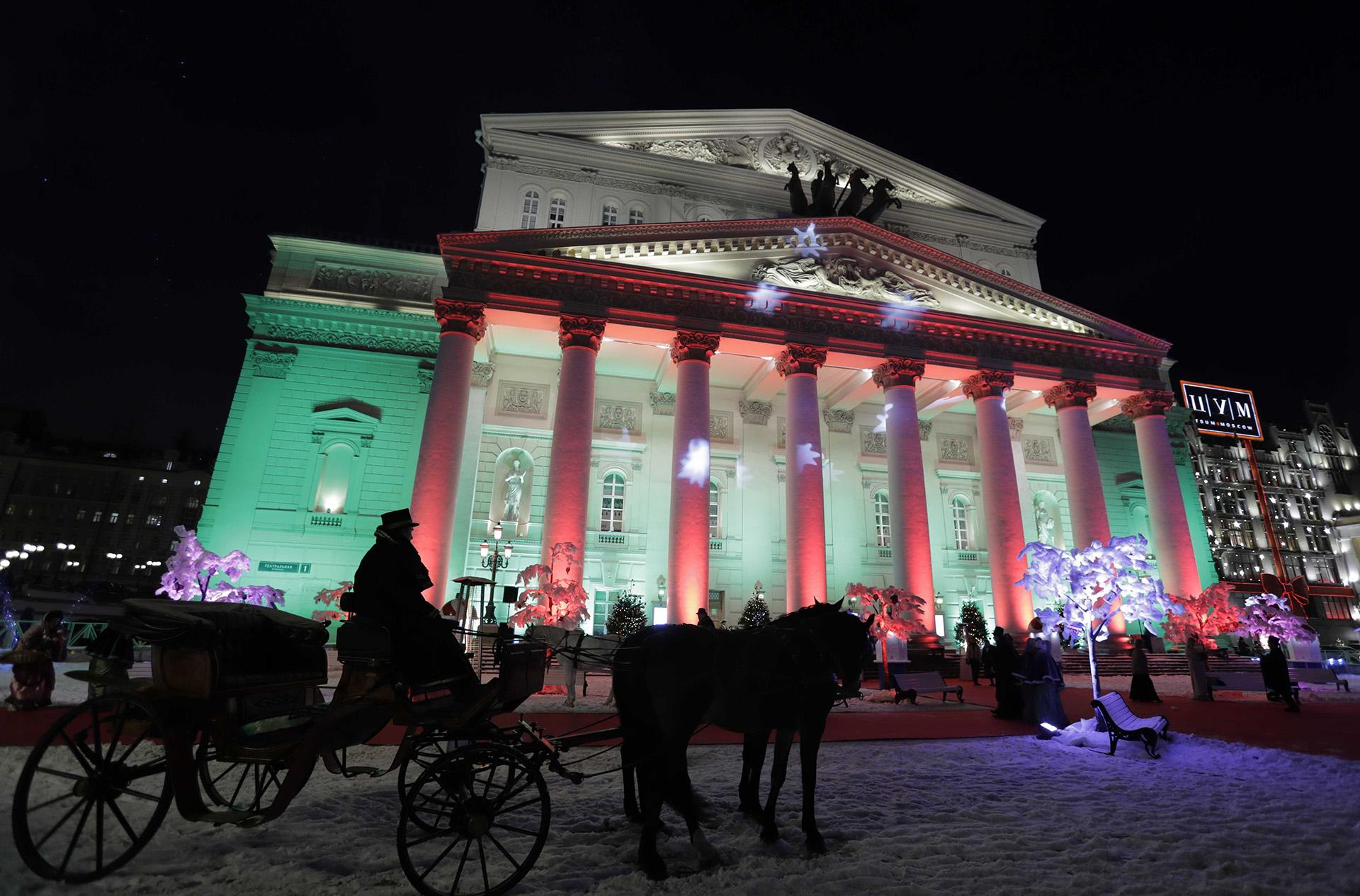 Los tradicionales festejos navideños en frente del Teatro Bolshoi de Moscú en Rusia (REUTERS/Tatyana Makeyeva)