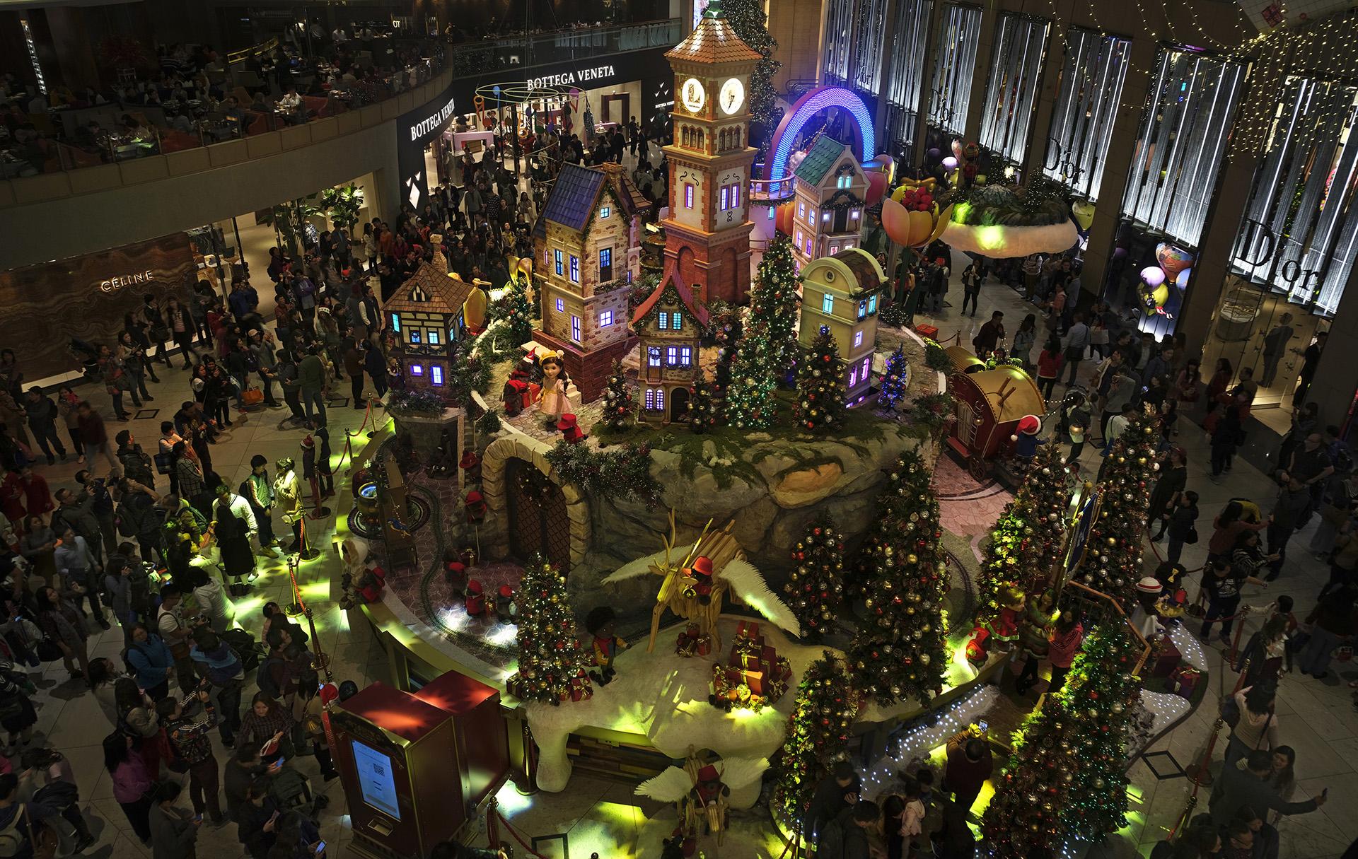 La gente recibió la Navidad en un centro comercialen Hong Kong (AP Photo/Vincent Yu)