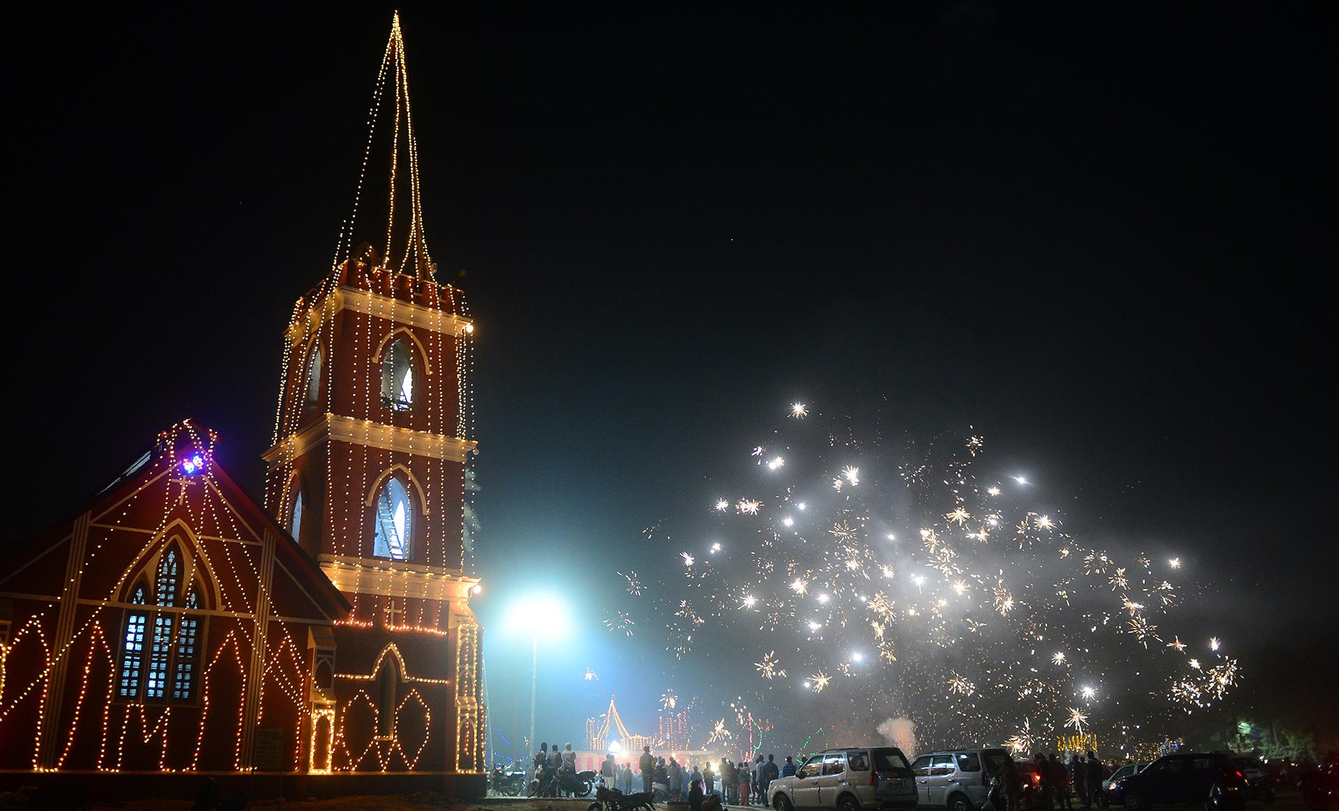 Devotos cristianos celebran su Navidad en la ciudad de Allahabad, en India (AFP)