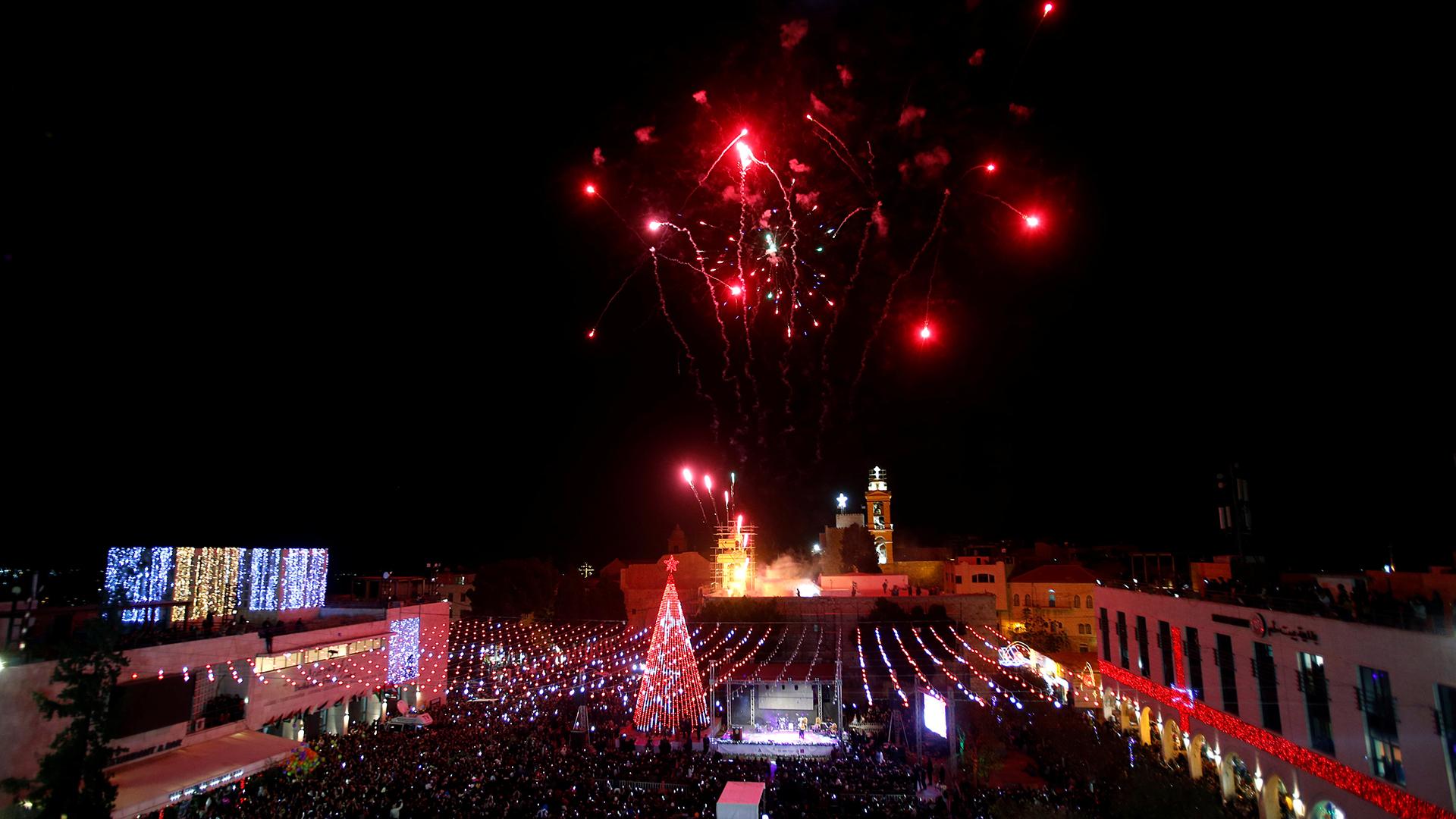 Fuegos artificiales por la llegada de la Navidad en la ciudad de Belen