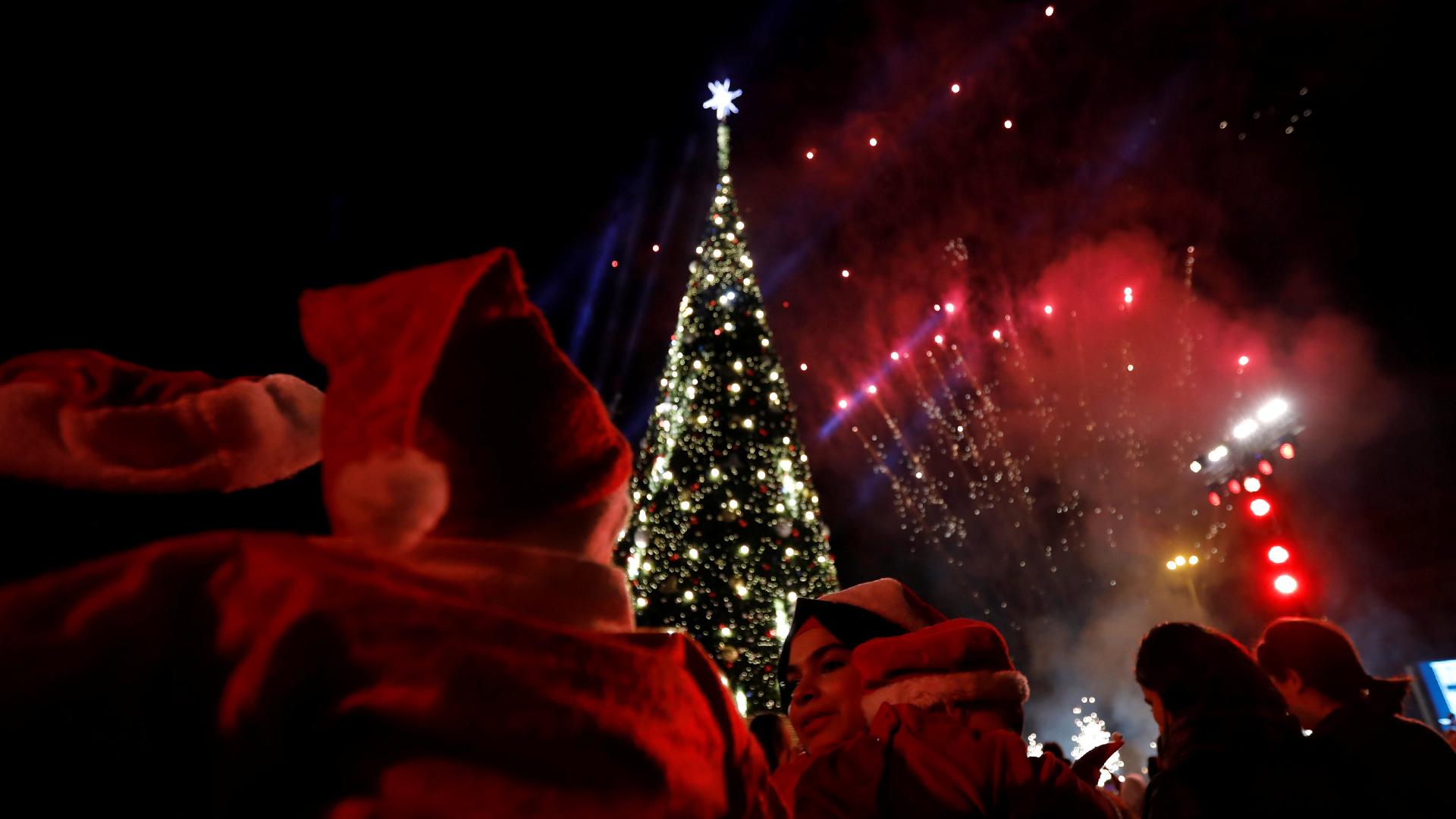 La gente observa los fuegos artificiales con motivo de la Navidad en Beirut, El Líbano (Reuters)