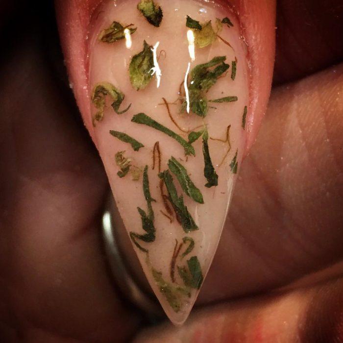 uñas con ojas de marihuana