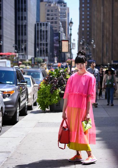 mujer con dos bolsos