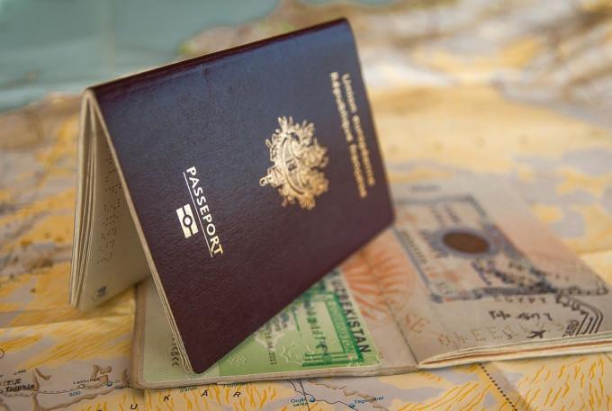 Pasaporte a mano