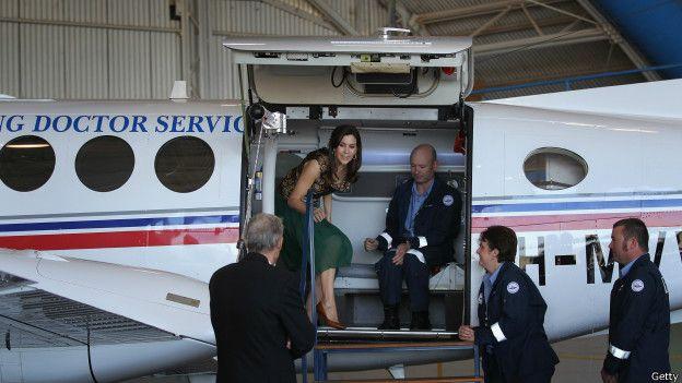 La princesa Mary baja de un avión del Royal Flying Doctor Service de Australia, en 2011
