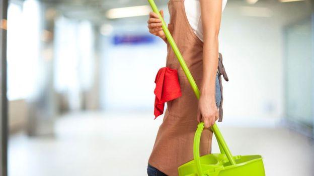 Una mujer limpiando