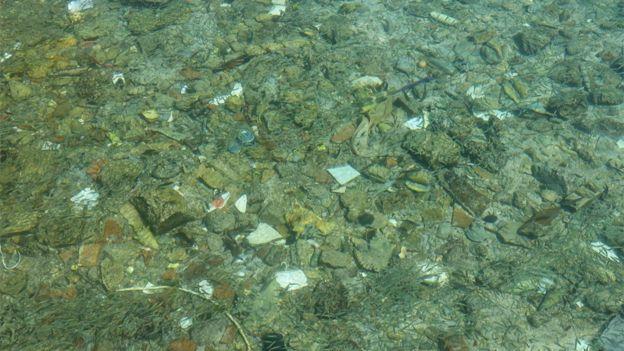 Acumulación de basura en el mar.