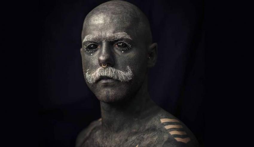 Desea tener el 100% del cuerpo tatuado; se quita genitales y pezones