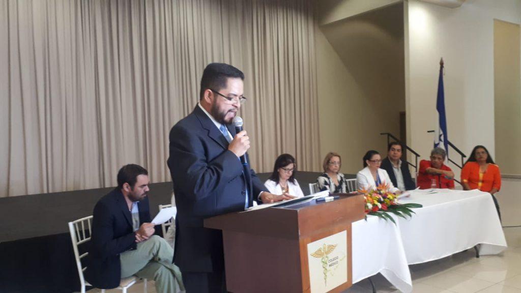 """Colegio Médico condena la captura y """"exhibición"""" de doctora por supuesta """"mala praxis"""""""
