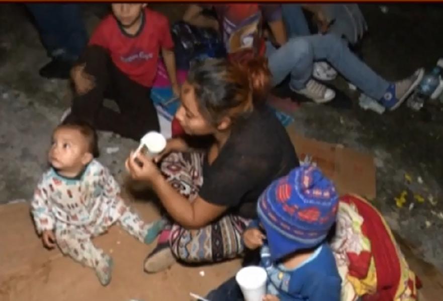 Nueva caravana de hondureños migrantes detenida en la aduana de Aguas Calientes