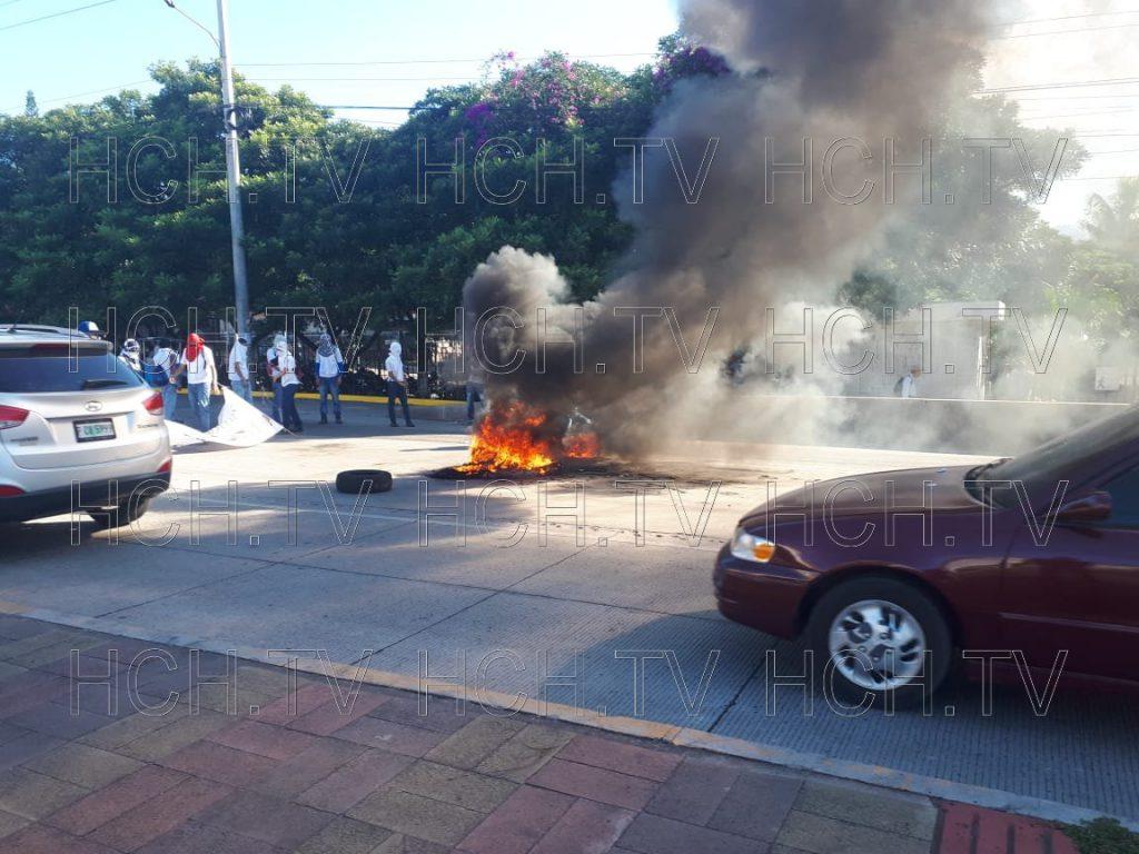 ¡ Por rumores de privatización ! Estudiantes de #Infop queman llantas en bulevar Centroamérica