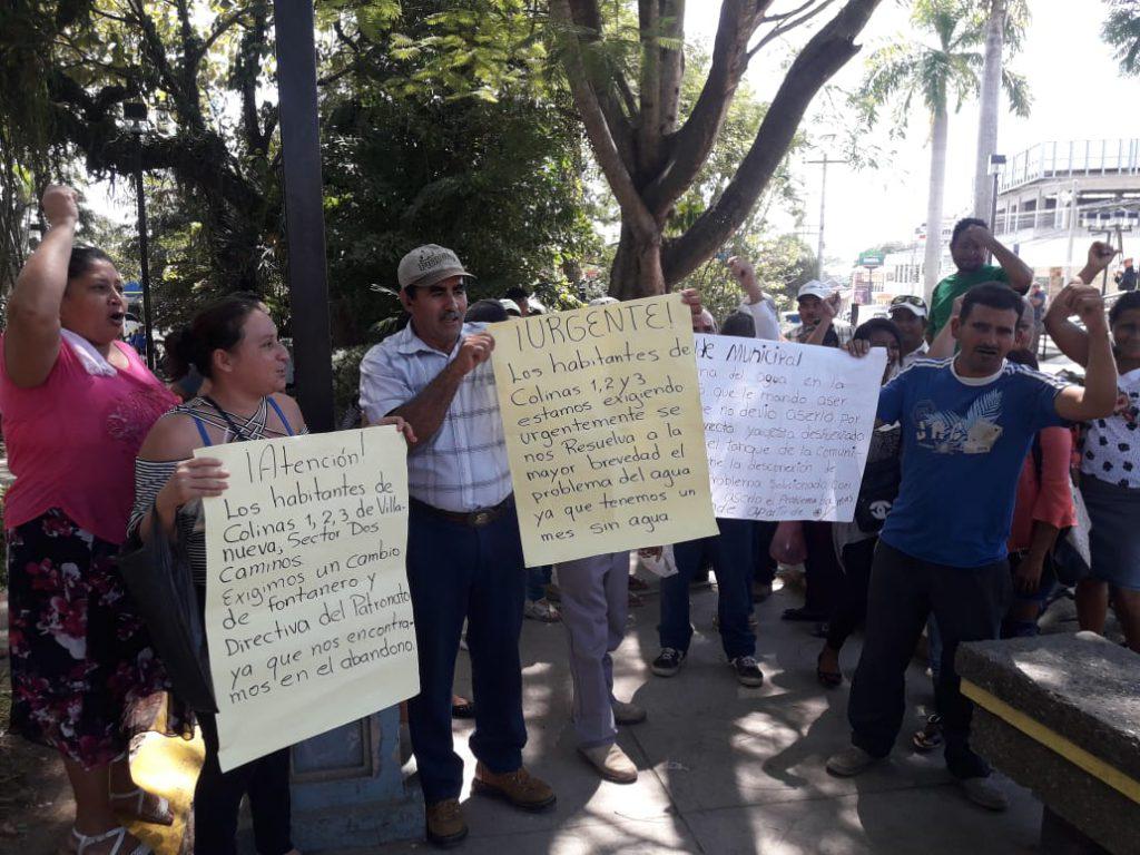 ¡ Por falta de agua ! Pobladores protestan frente a la municipalidad de Villanueva, Cortés