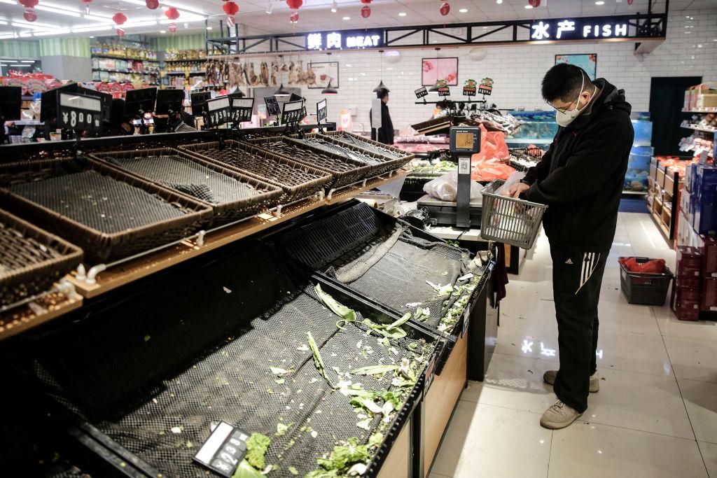 Tienda tuvo que tirar millones en productos, una 'bromista' tosió sobre ellos