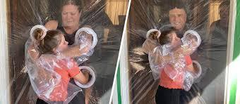 VIDEO: Niña inventa un método de barrera para abrazar a sus ...